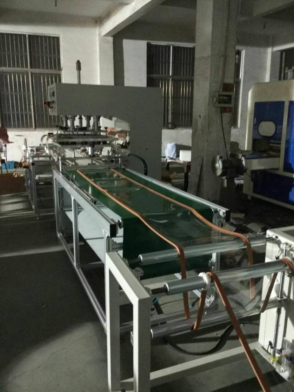 """磁性门帘焊接机使用了""""中国黑科技""""利用高周波电磁波渗透加热原理,使TPU塑料在电磁波上下电极间相互摩擦瞬间发生分子极性化熔接变化,配合相应的模具,加上一定的压力就可以达到熔接目的,针对不同尺寸大小氧气袋都需要开具相应的高频模具,常见模具主要采用铜条加工完成,具有导热性能更加。 其工作原理是利用高压变压器把380V电压升压至12000V经三相全桥整流,大功率电子管8T85RB,腔体电容,电感组成LC振荡电路,自激振荡产生高周波。由电感偶合,经匹配调节电容输出至压台上电极,加以控制系统"""